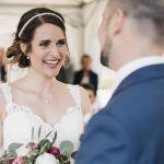 ScrumMaster in Anzug und Krawatte, Product Ownerin im Brautkleid